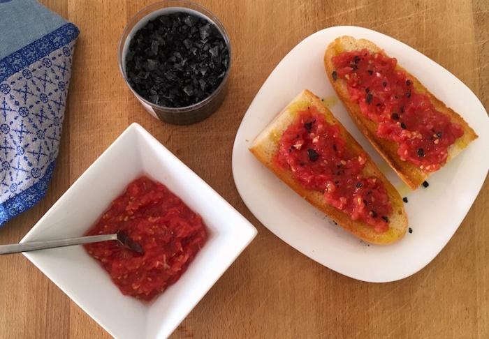 Pan con tomato black sea salt
