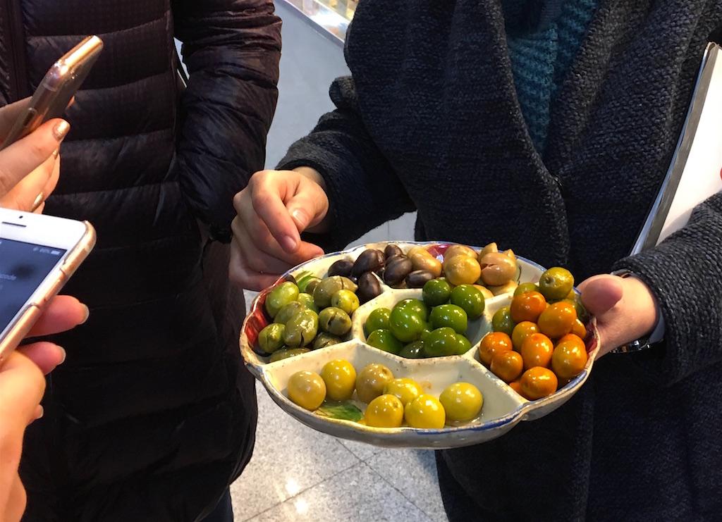 Market-olives-tasting