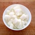 Chopped-onions-on-wood