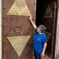 Viñedo Toyan winery doors symbols